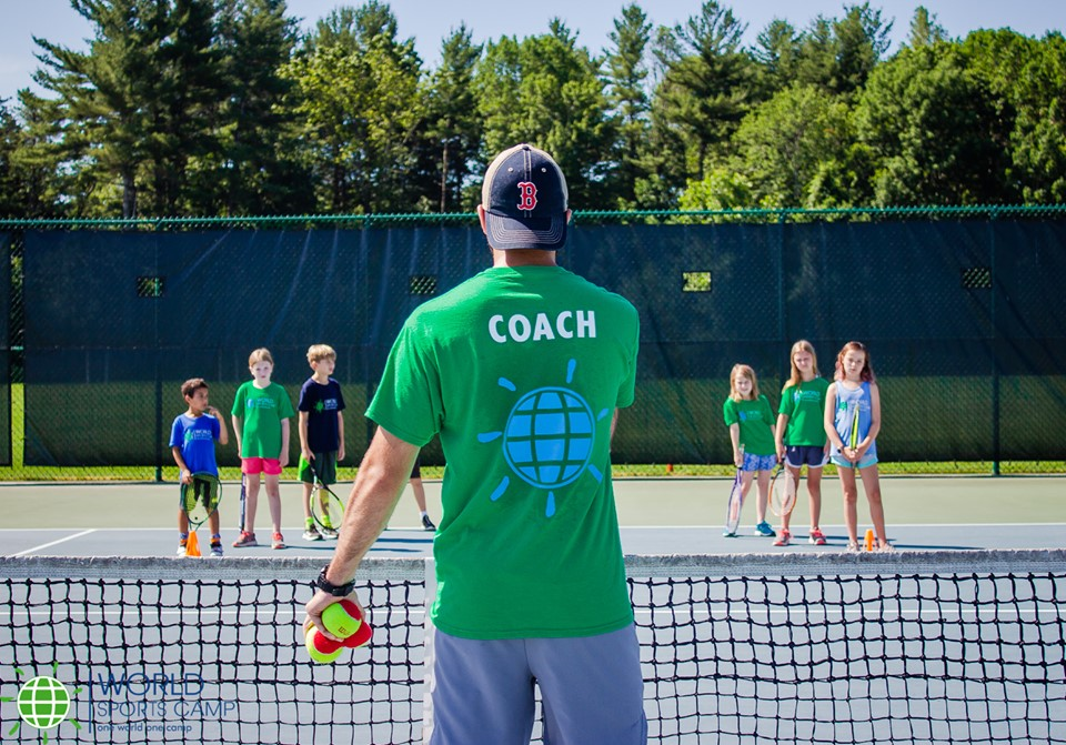 participantes recibiendo clases de tenis